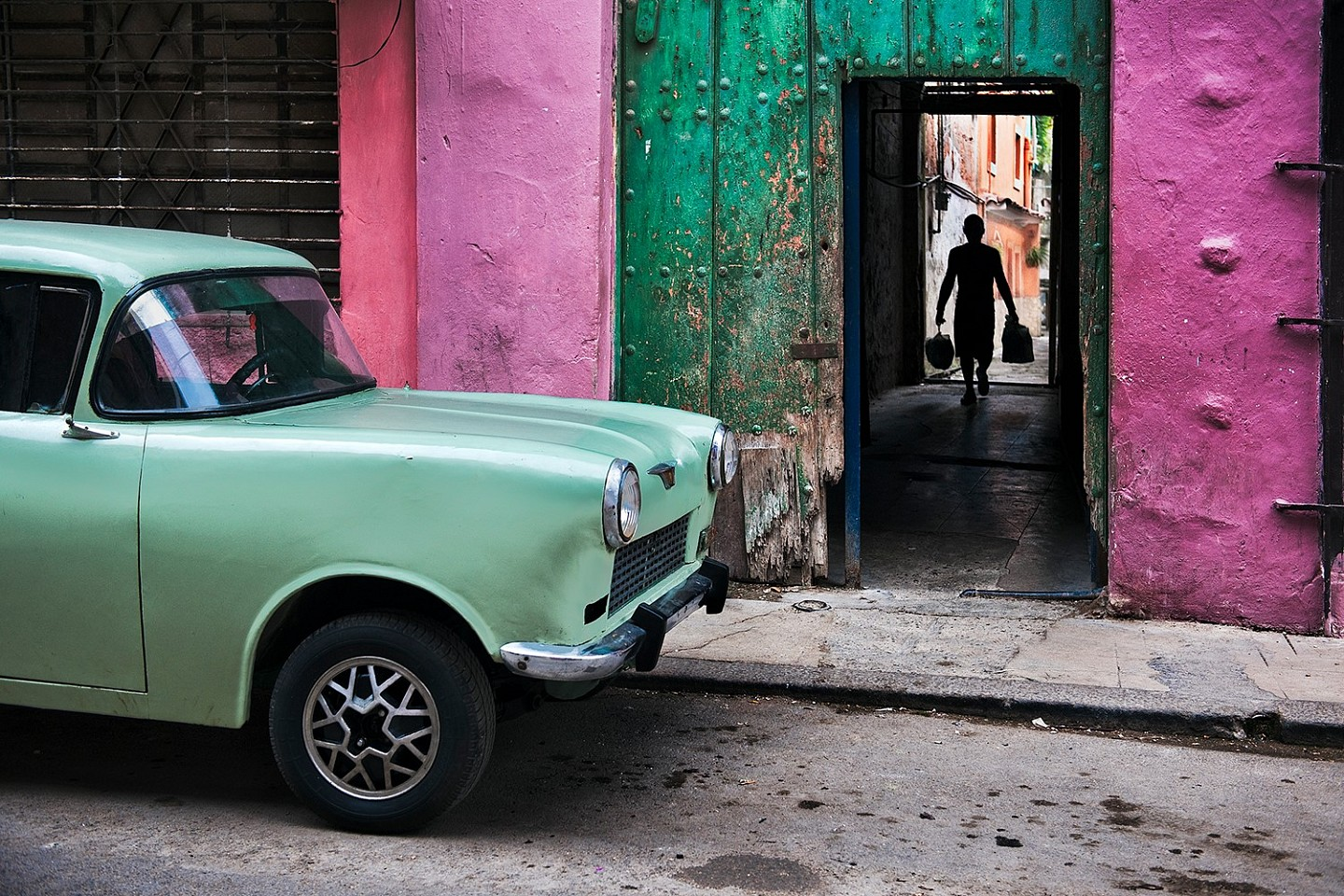 Steve McCurry ,   Russian Car in Old Havana  ,  2010     FujiFlex Crystal Archive Print ,  30 x 40 in. (Inquire for additional sizes)     CUBA-10021.2015